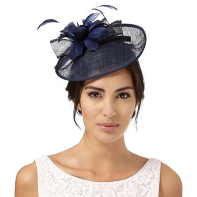 8e3b4ffa770bd This saucer fascinator from Debut will make a simple yet effortlessly  elegant addition to an accessory collection. In navy with a curled bow and  feather ...