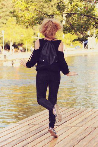 Pense à harmoniser un chemisier à manches longues noir avec un jean skinny noir pour affronter sans effort les défis que la journée te réserve. Jouez la carte décontractée pour les chaussures et complète cet ensemble avec une paire de des espadrilles bleues marine.