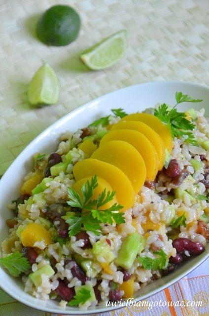 sałatka z brązowego ryżu brzoskwini i fasolki  jedzenie