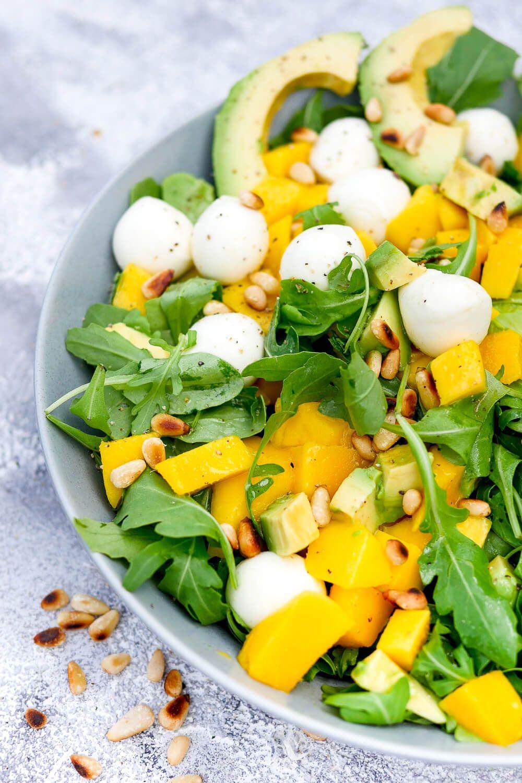 Rucola-Mango-Salat mit Pinienkernen, Avocado und Orangendressing #festmad