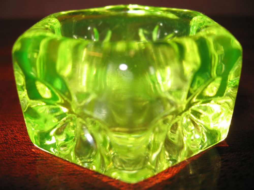 Vaseline yellow glass salt dip cellar celt hexagon star pattern uranium / canary