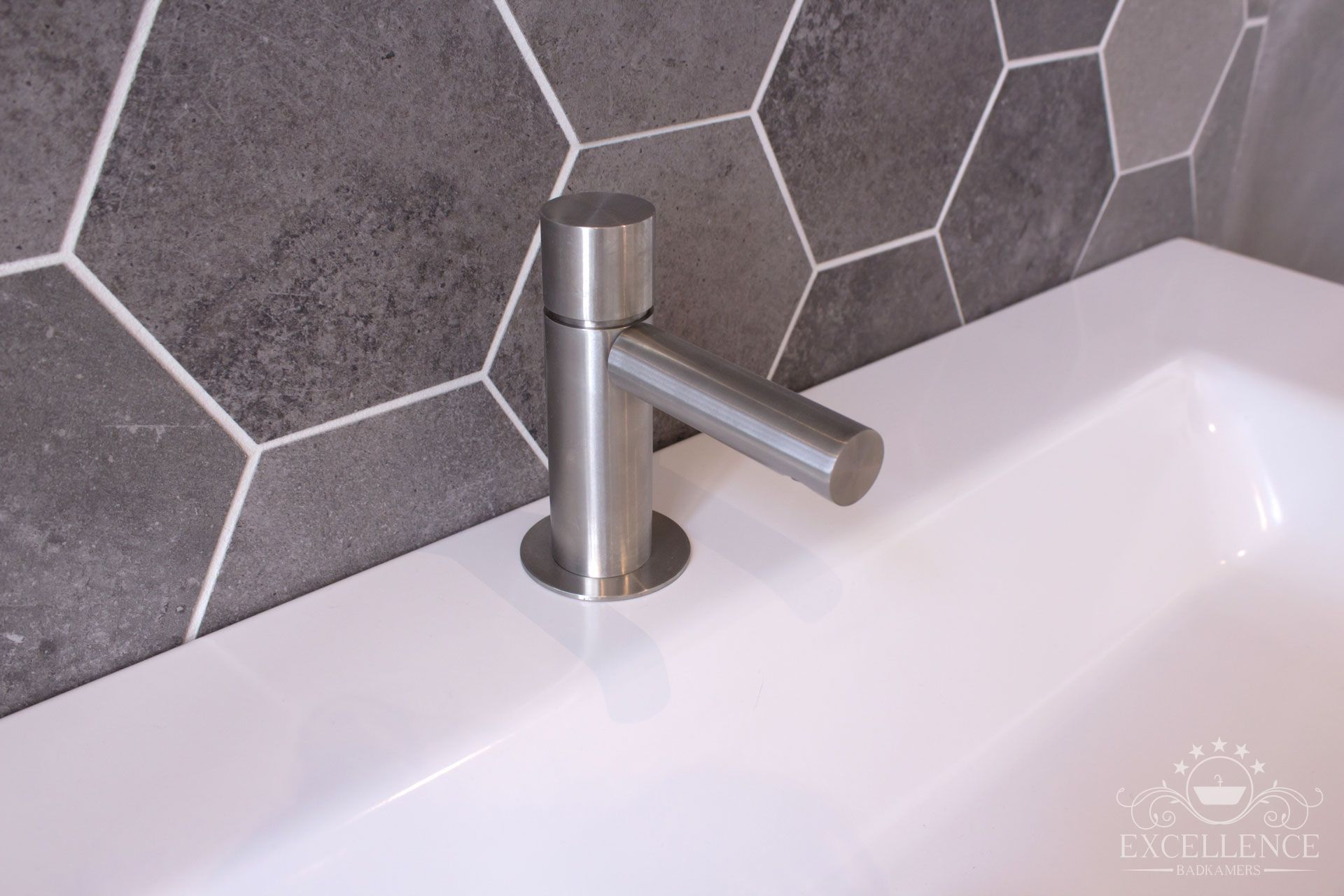 Maatwerk badkamer. rvs opbouw wastafelkraan. wastafel kermamiek