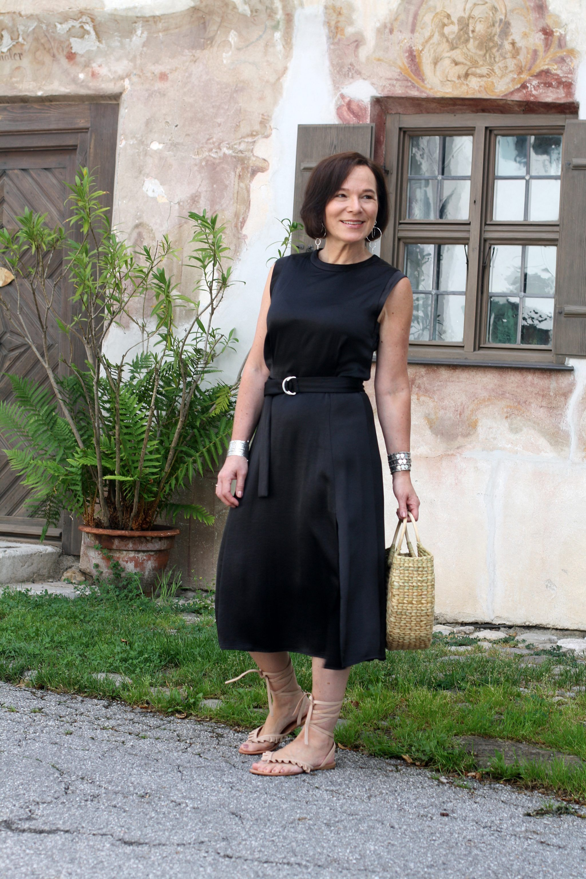 Kleines Schwarzes lässig mit Korbtasche, dem Sommertrend 2018 gestylt  Modestil, Sommertrends