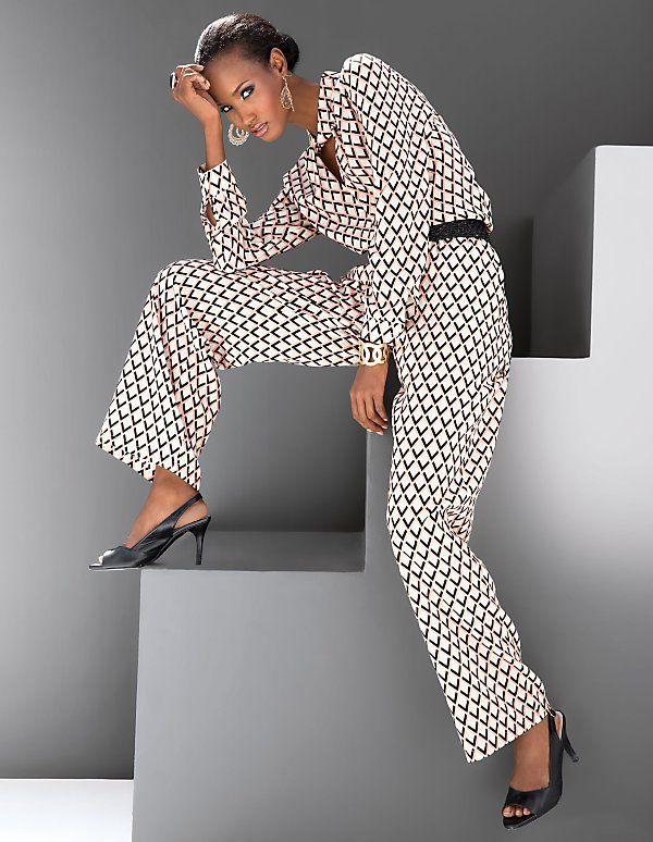 Dieser sommerliche Overall-Look bestehend aus Bluse und Hose in kostbarer Seide besticht mit seinem aufregenden Retro-Print.