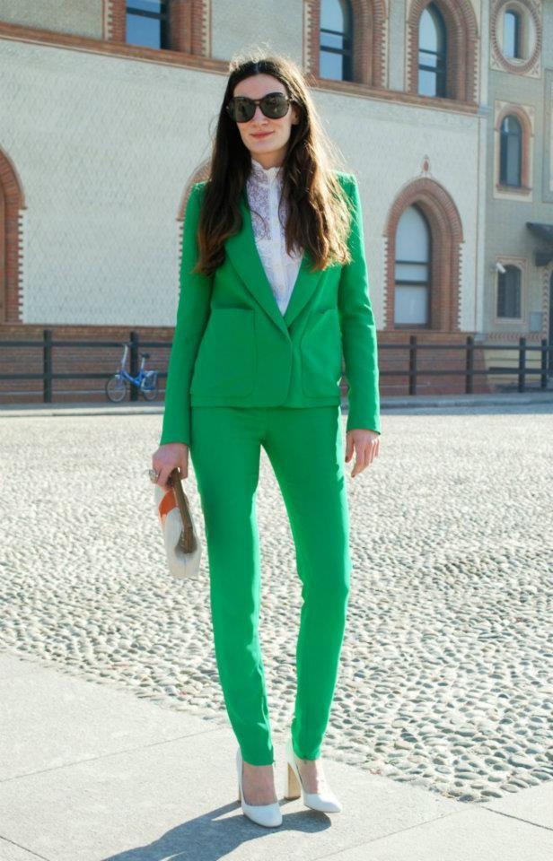 Veja fotos de looks na cor verde esmeralda que são tendência