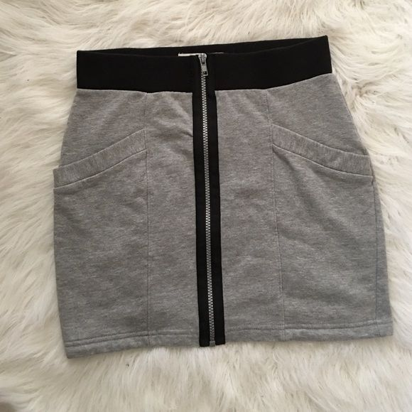 Forever21 Mini Sweater Skirt Forever21 sweater Skirt, it has a zipper for closer in the front and very deep pockets. It comes above the knee, I'm great condition. Perfect to wear with cute shirt.  Forever 21 Skirts Mini