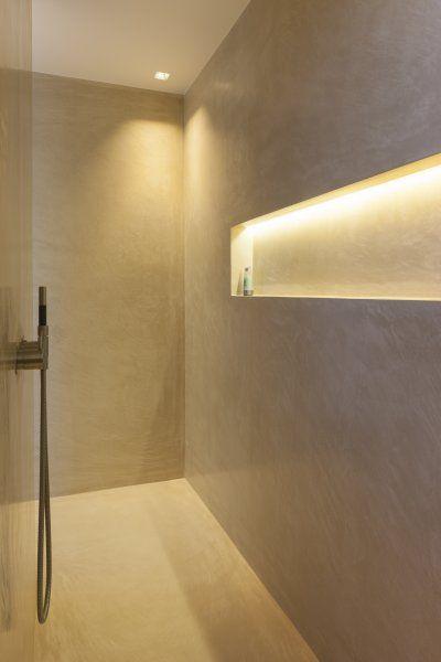 minimalistische douche met indirecte verlichting door