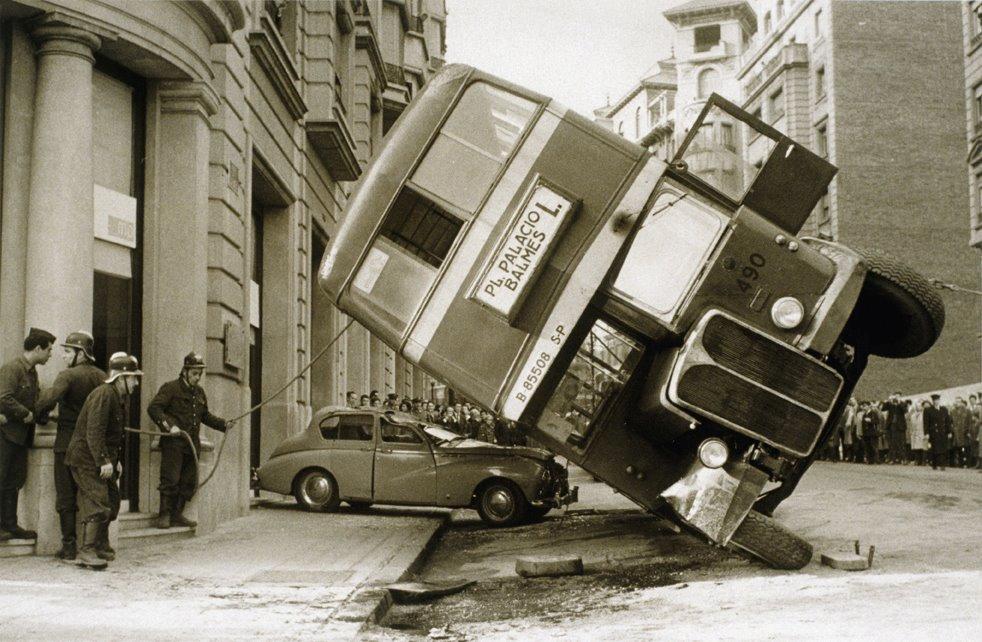 Accident d'autobus que, al patinar, va bolcar sobre un turisme al carrer Balmes, el febrer de 1961.La foto és de Pérez de Rozas