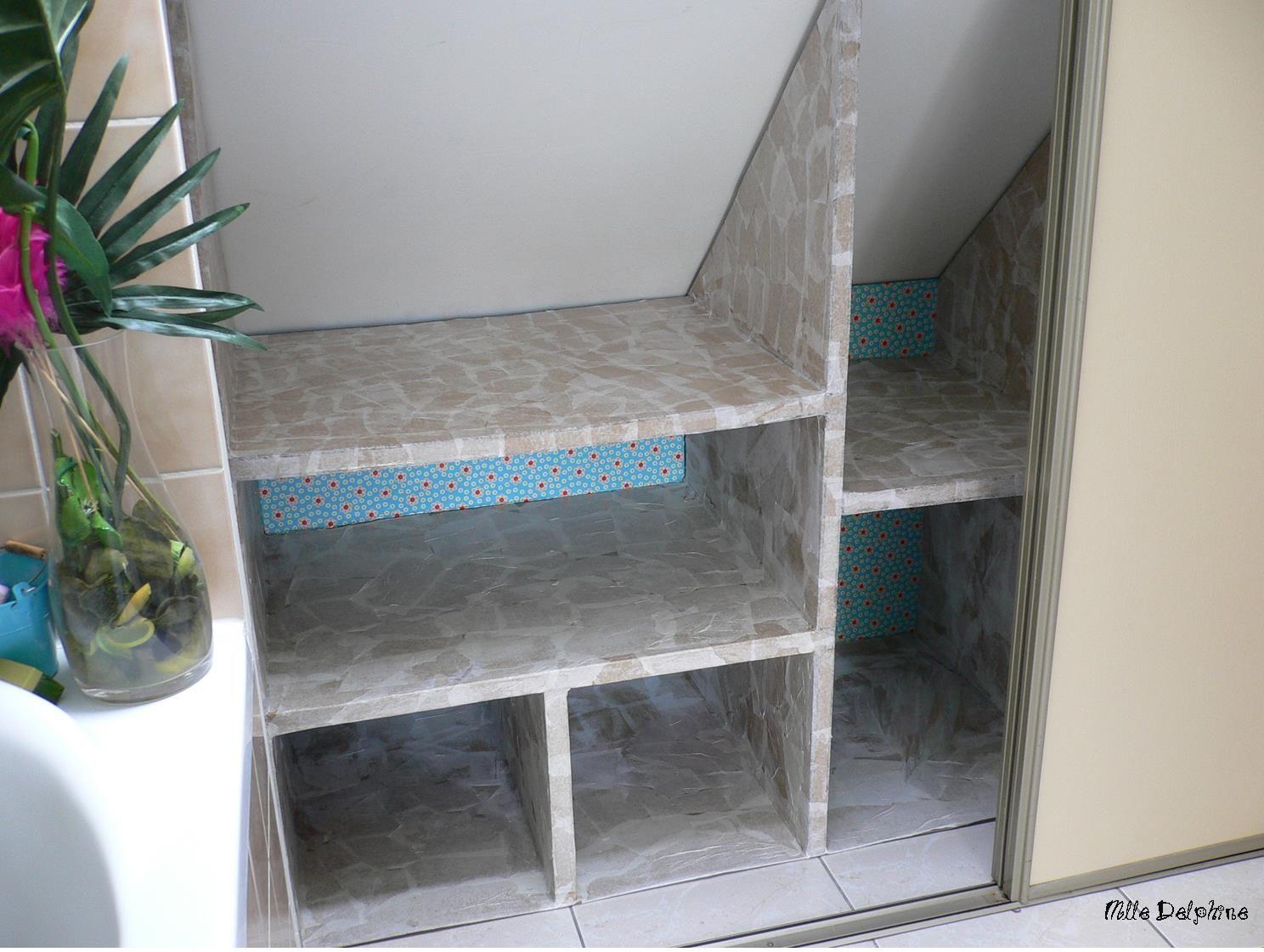 meuble en carton pour rangement sous combles dans la salle. Black Bedroom Furniture Sets. Home Design Ideas