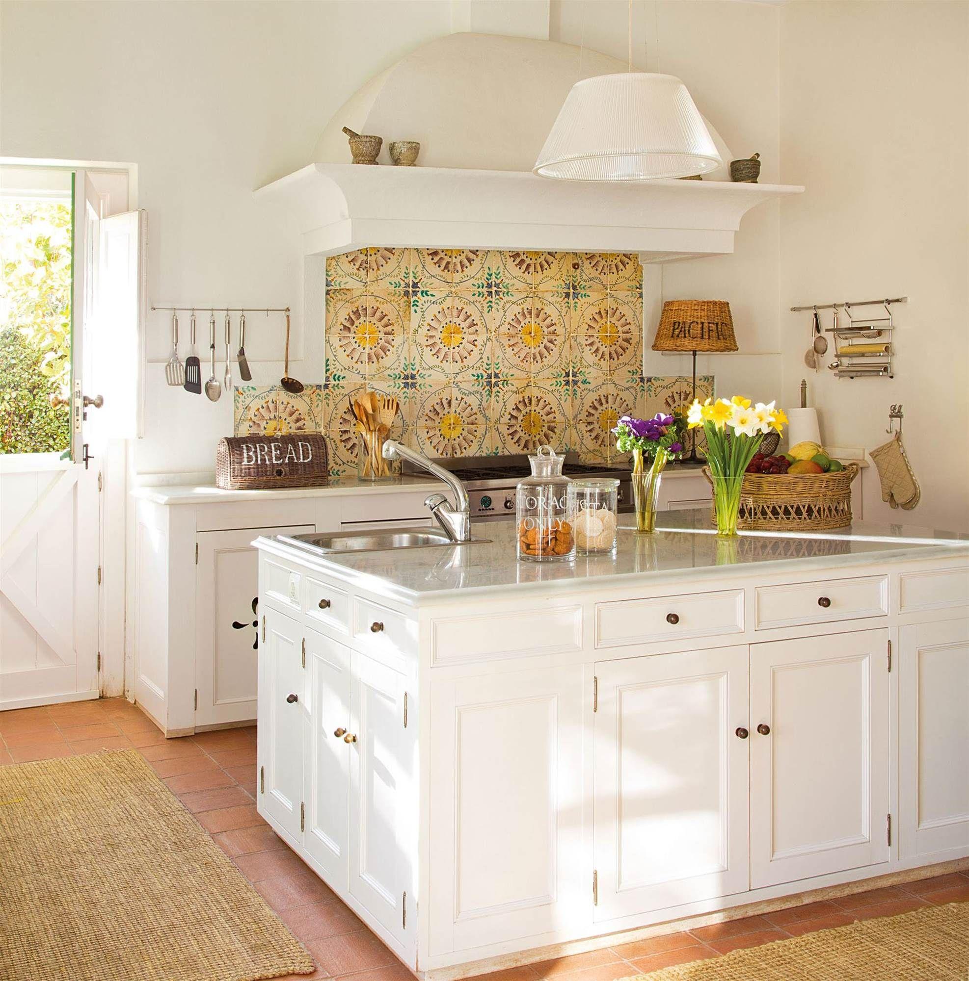 Cocina con isla central blanca y salpicadero con azulejos de ...