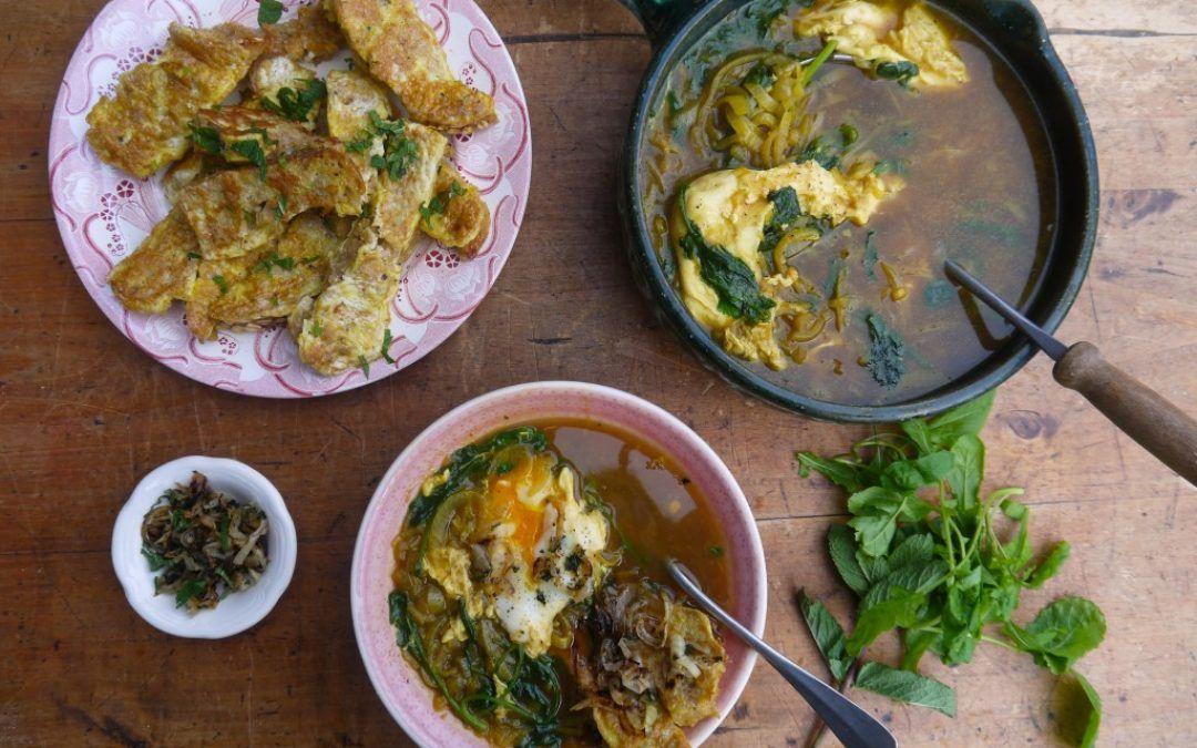 Perzische Uiensoep Met Raapsteel Ei En Brood Met Afbeeldingen Uiensoep Voedsel Ideeen Soepen
