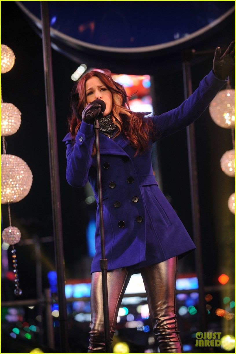 Cassadee Pope keeps it chic while performing during New
