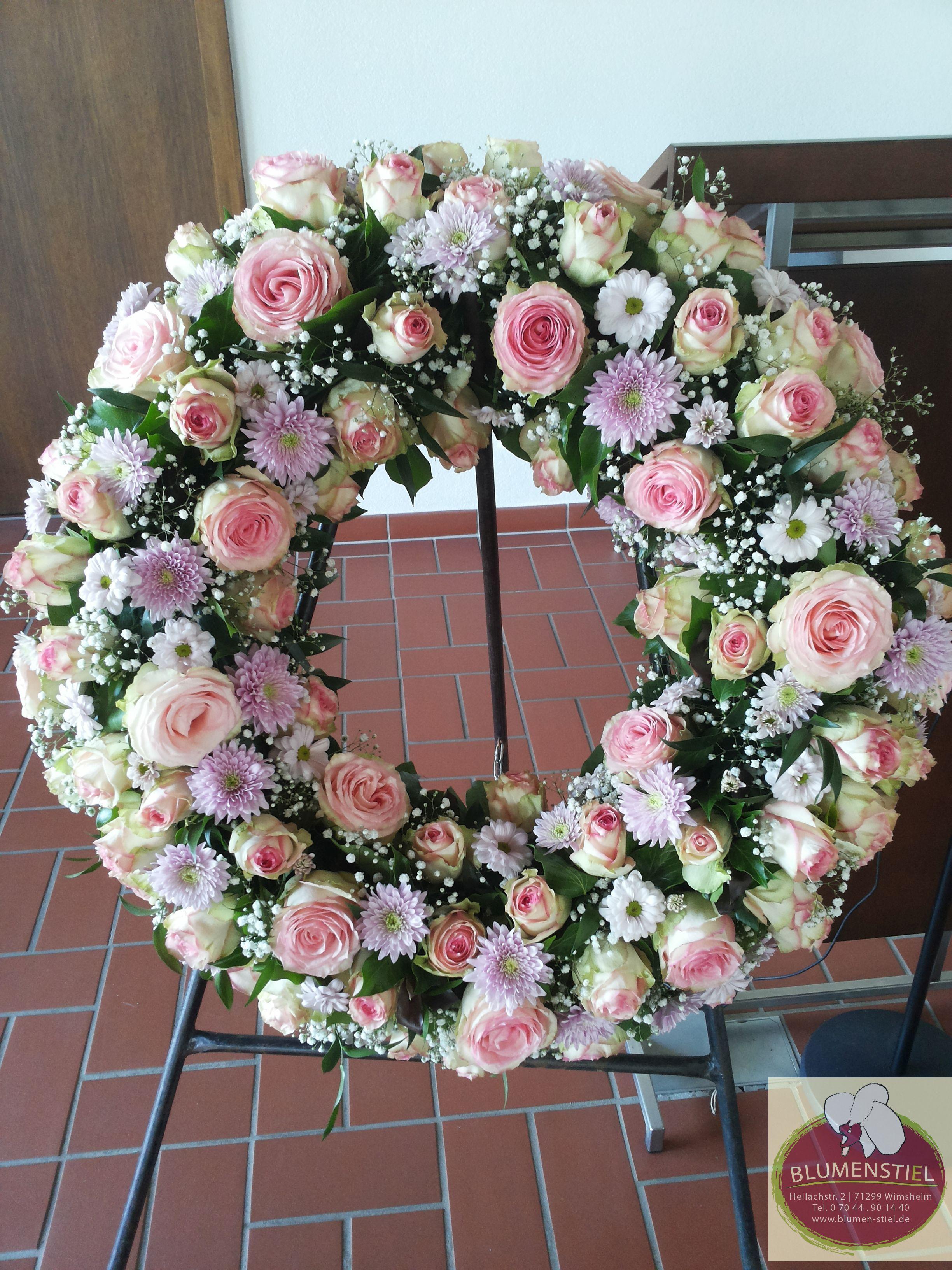 Trauerkranz in zartrosaweicreme mit Rosen