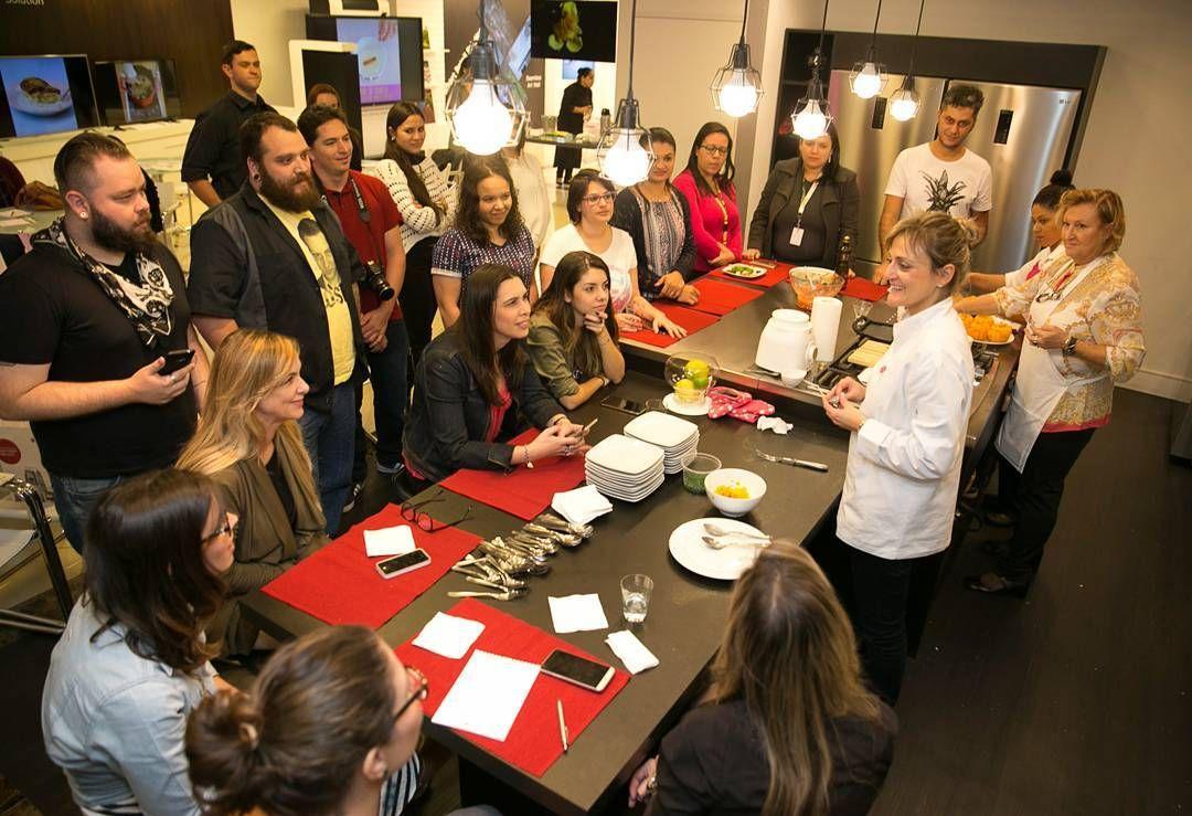 Esta semana fui convidada pela @lgdobrasil para fazer algumas receitas com a linha branca da LG. Ao invés do pessoal ficar em mesas afastadas convidei todos para se juntarem à mim na cozinha. Fiquei feliz que eles toparam!  Foi uma experiência incrível!  Obrigado por fazerem essa tarde tão especial:  Rosi do @montaencanta @amanda_fernandes e @eloahcristina do @marolacomcarambola Filipe do @microsobrevivencia @paulasalles1 do @harmonizaoficial @juferrazf do @tpmpraquetequero  Fernando do…