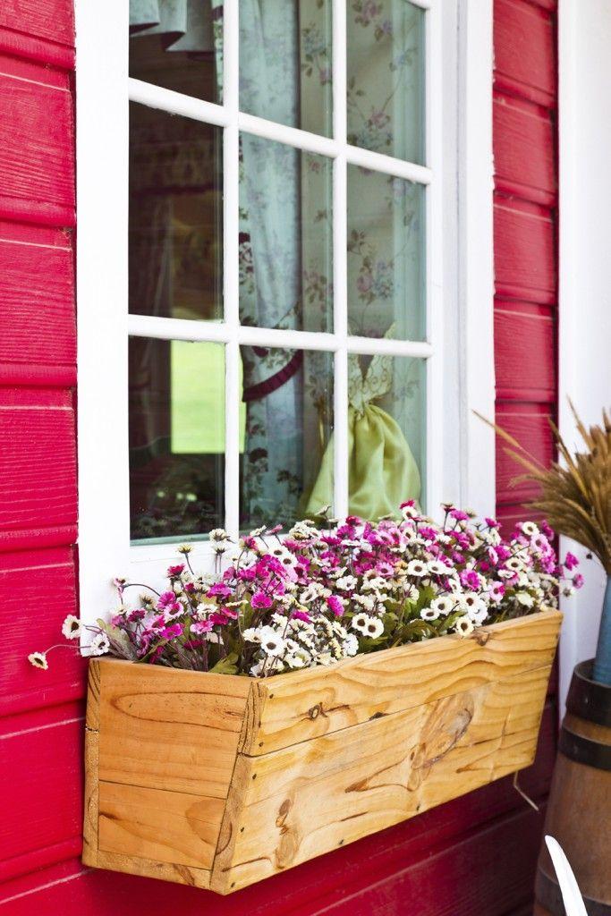 32 Stunning Flower Box Ideas Arrangements Window Box Flowers Flower Boxes Wooden Window Boxes