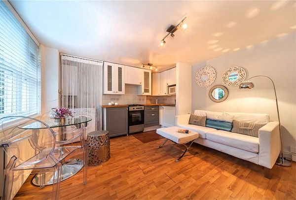Hither Green, Nearest Tube: Hither Green, Miles This Two Bedroom Maisonette  Has A Spacious Open Plan Living Room/kitchenn Area.