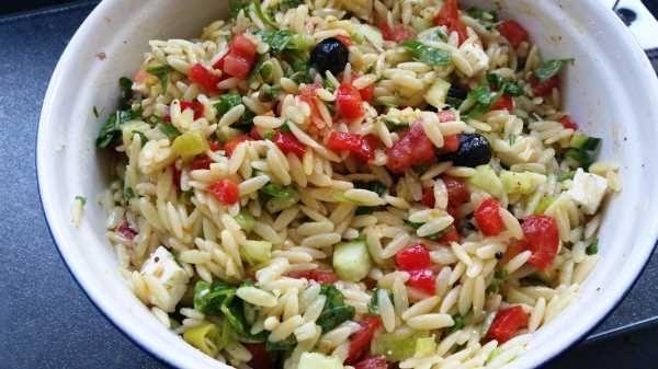 kritharaki salat mit feta rezept salate vorspeisen. Black Bedroom Furniture Sets. Home Design Ideas
