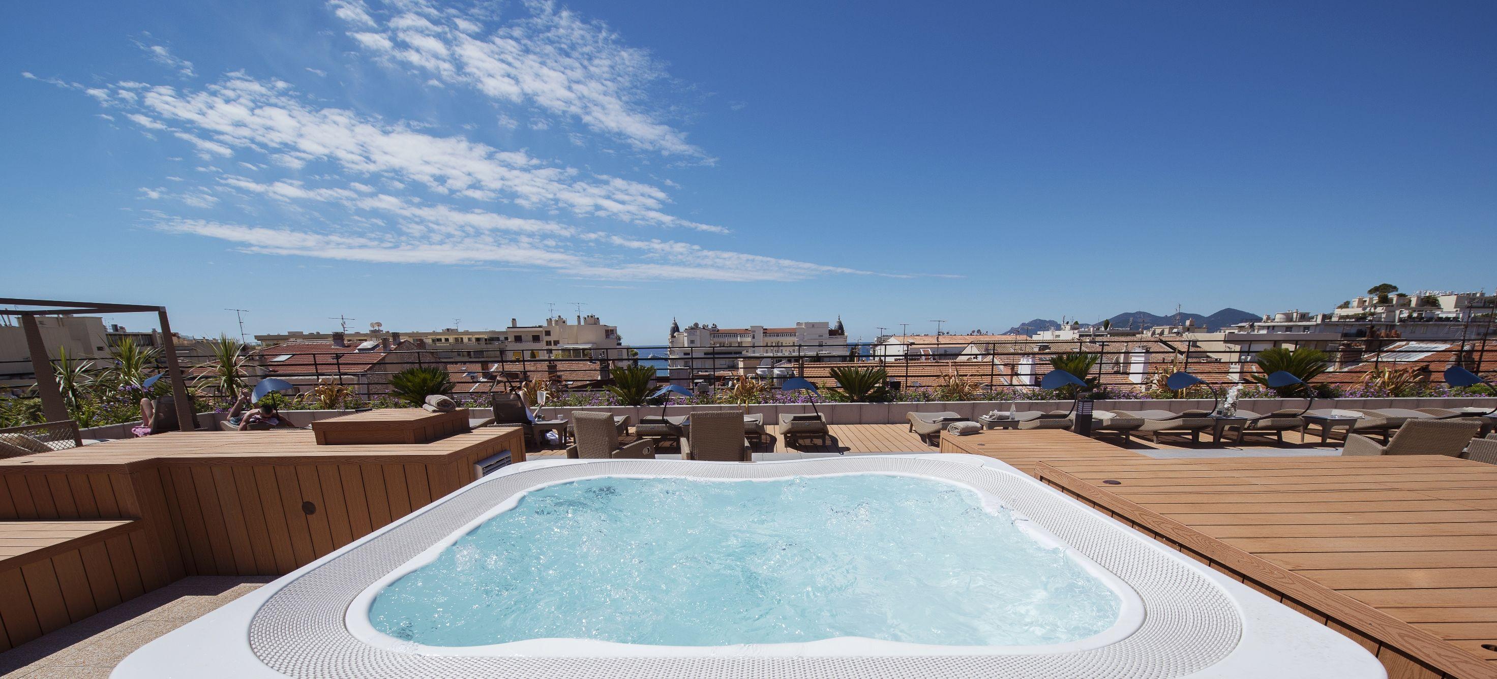 Spa Jacuzzi Profile Sur Un Toit Terrasse Hotel Patio Des Artistes
