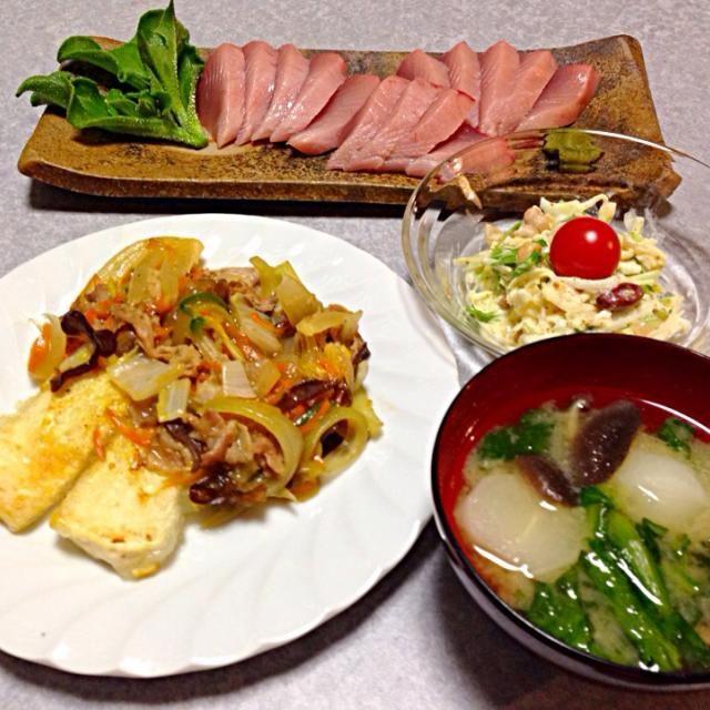 豆腐ステーキ 野菜ソースのせ、 マグロの刺身、 カブとしいたけ 春菊の味噌汁、 大根 水菜と豆のサラダです。 - 1件のもぐもぐ - 豆腐ステーキの晩ご飯 by Orie Ueki