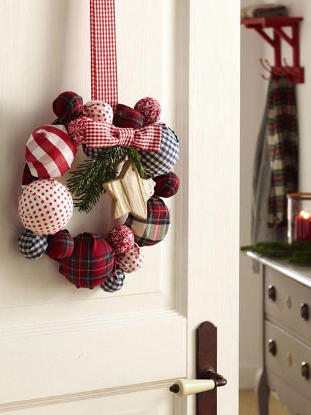 Rustikale Weihnachtsdeko mit in Blau, Weiß und Rot kommt nie aus der Mode