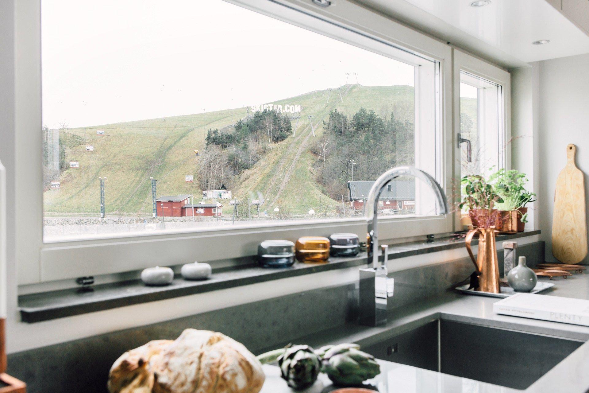 Cocina abierta al salón con vistas | Cocinas blancas modernas ...