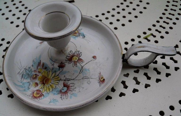 Bougeoire   dit rat de cave  ,tôle émaillée,décoré de fleurs  marguerite