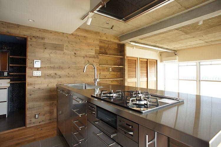 キッチンは Ikeaのキャビネットにステンレス天板とシンクを取り付けて