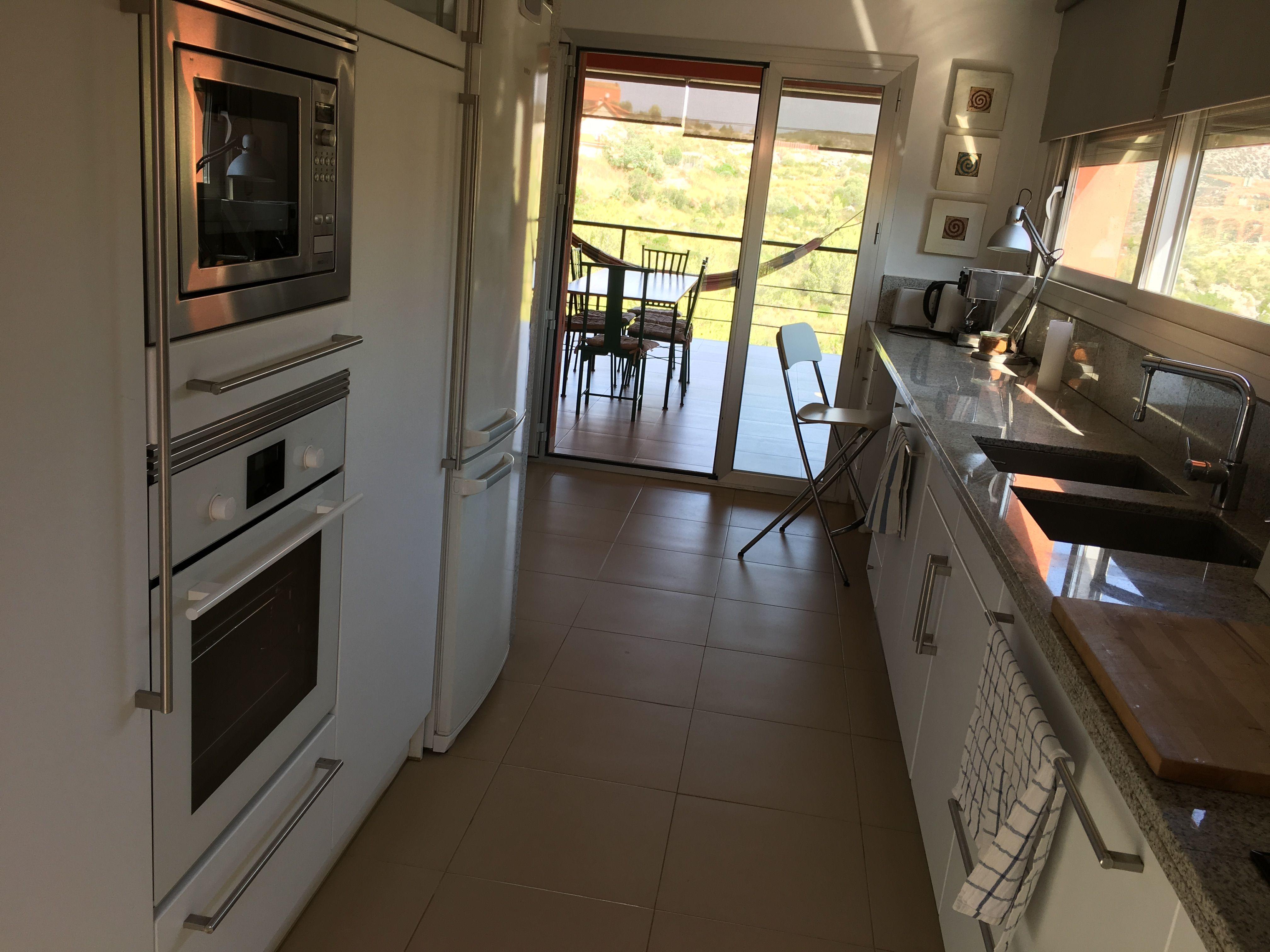 Cocina con salida a dos terrazas, una de ellas, cubierta