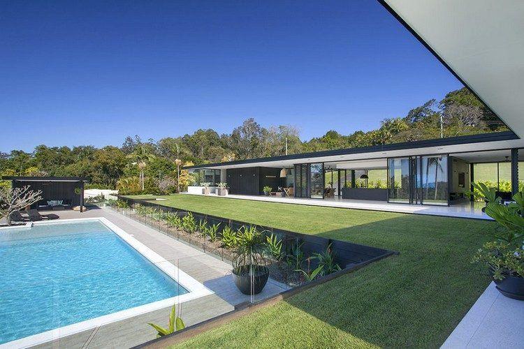Baies vitrées, cuisine moderne et piscine magnifique dans une maison