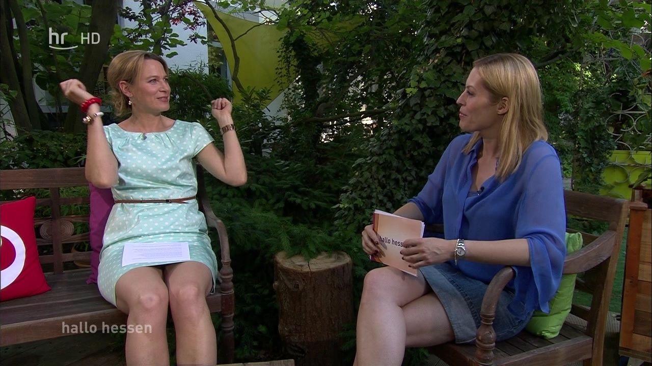 Simone Kienast (mit Bein und Jule Gölsdorf) in