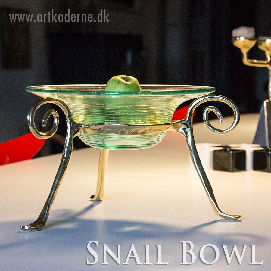 Snail Bowl er en skulpturagtig #glasopsats i messing fra #DavidMarshallDesign. Se den og de øvrige fade / skåle på www.artkaderne.dk/DM