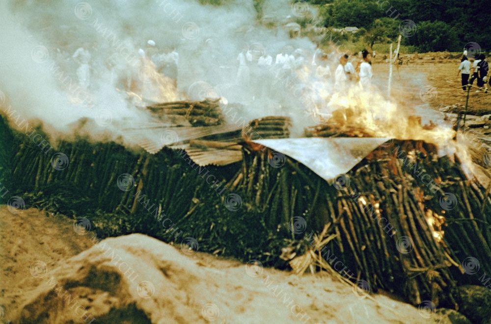 現代の日本 台風22号 狩野川台風 のツメあと 修善寺町熊坂集落では 狩野川の河原で悲しみの火葬が行なわれた 集落 河原 修善寺