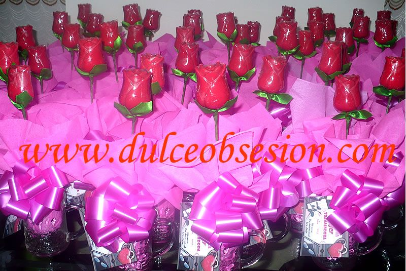 Tazas transparentes con una rosa grande de chocolate, regalos por el ...