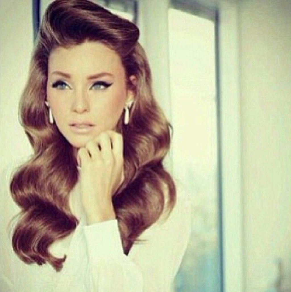 rolls pin up wavy long hair vintage style - glamour with vintage
