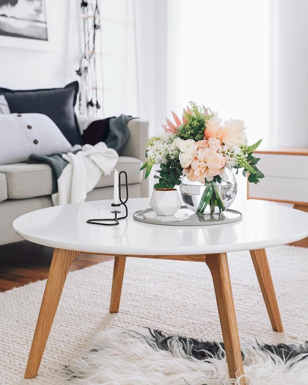 Bialy Stoliczek Kawowy Z Dekoracja Kwiatami W Salonie Home Decor Traditional Decor Coffee Table