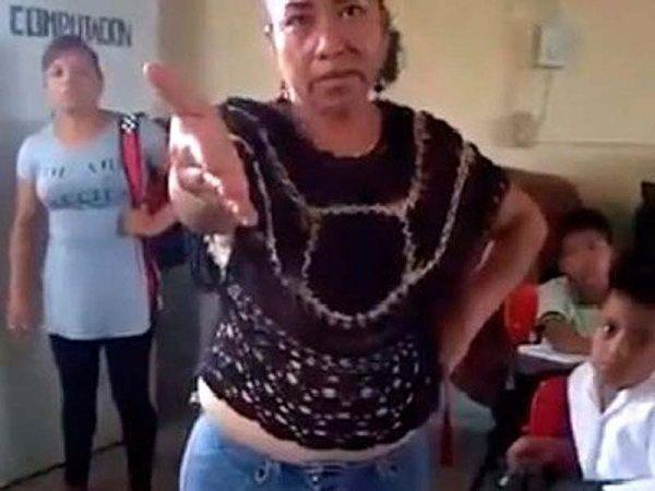 Denuncian a #LadyLibros, por confiscar texto gratuito