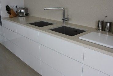 Küche in Hochglanz weiß, Edelstahl & Silestone - Moderne Optik ...
