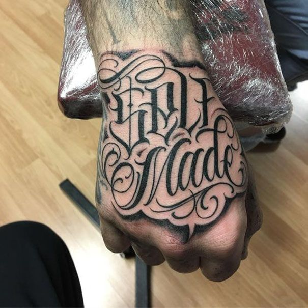 De Heetste Tattoo Ontwerpen Van De Hand 2019 Hand Tattoos For Guys Tattoo Lettering Finger Tattoos