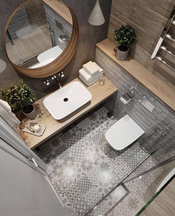 Drewniane blaty dodają łazience uroku i ocieplają wystrój. Na podłodze znajdują się wzorzyste płytki. Zdobią całą… #salled#39;eau