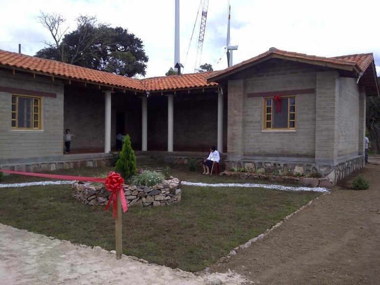Bella fachada de casa de adobe compactado en san for Fachadas de casas modernas en honduras