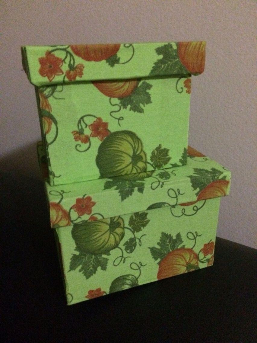 Conjunto de 2 caixinhas decoradas com tecido. R$ 40,00.