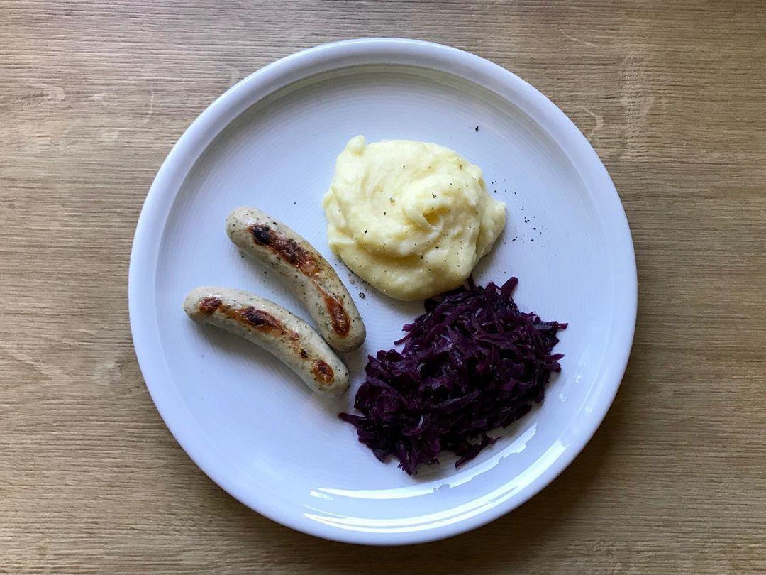 Bratwurst mit Kartoffelbrei und Rotkohl ... - fitness food    #Bratwurst #fitness #food #Kartoffelbr...