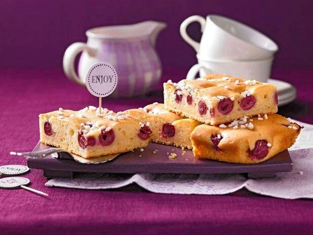 Saftiger Blechkuchen mit Kirschen und Schmand - gelingt ganz einfach! http://bit.ly/schmandkuchen