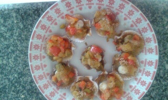 Zamburinas. -1°▶pochar cebolla -puerro-ajo-pimiento rojo y trocitos de panceta . 2°▶cubrir las zamburinas con el pochado y espolvorear pan rallado.  3°▶hornear en horno calentado-15-20 min 180°.