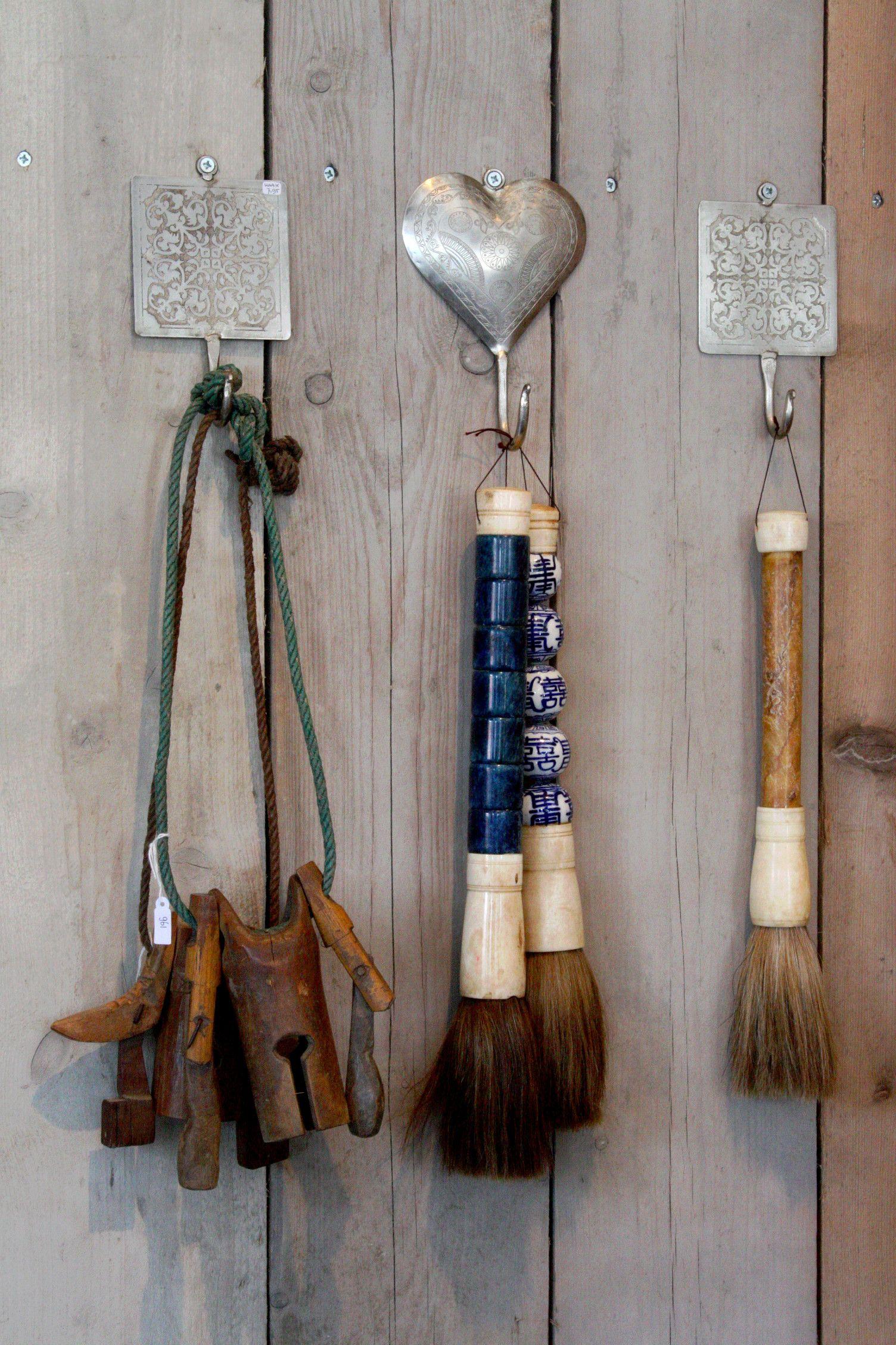 Kaligrafeer kwasten en oude koeienbellen...sfeervolle woonaccessoires  www.vangoedehuyze.nl