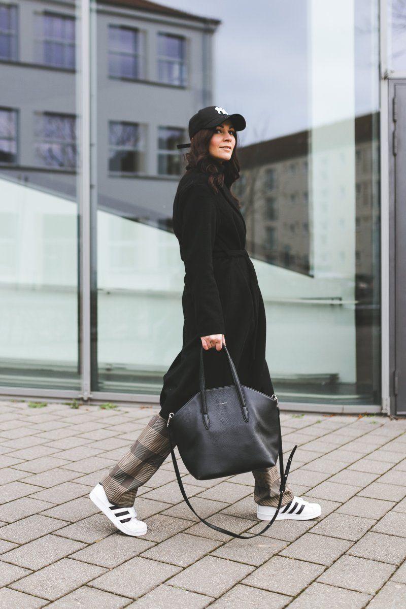 Winter Outfit mit karierter Bundfaltenhose, New Era Cap