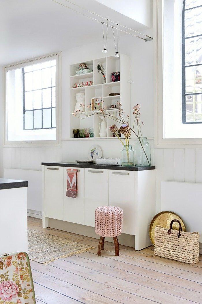 Kastje voor boven de keuken met servies enz