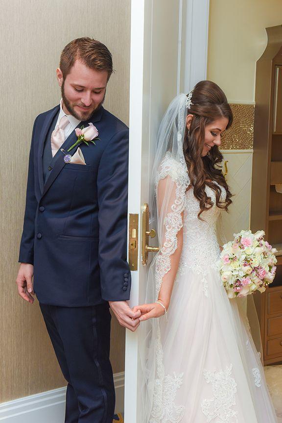 A Cute Alternative To The First Look Moment Before The Ceremony Photo Pedro Disney Fine Art Photograph Fotos Hochzeit Hochzeit Fotografieren Hochzeit Bilder