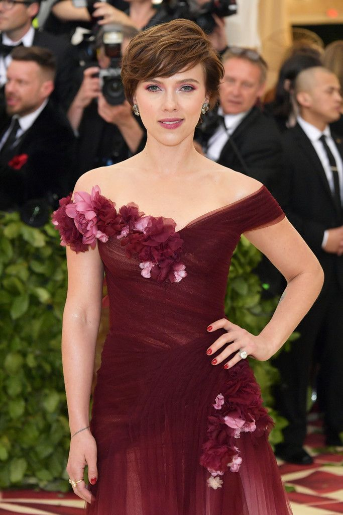 Scarlett Johansson Photos - Scarlett Johansson attends the Heavenly Bodies: Fashion & The Catholic Imagination Costume Institute Gala at The Metropolitan Museum of Art on May 7, 2018 in New York City. - Heavenly Bodies: Fashion & The Catholic Imagination Costume Institute Gala - Arrivals
