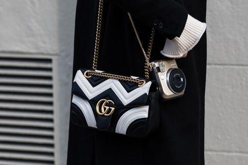 Street style à la Fashion Week automne-hiver 2017-2018 de New York sac Gucci noir et blanc